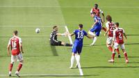 Pemain Chelsea, Christian Pulisic, mencetak gol ke gawang Arsenal pada laga final Piala FA di Stadion Wembley, London, Sabtu (1/8/2020). Arsenal menang 2-1 atas Chelsea. (Adam Davy/Pool via AP)