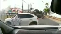 Baru-baru ini terdapat video kecelakaan yang melibatkan emak-emak dengan pengendara mobil., seperti dilansir @fakta.indo, Selasa (8/10/2019).