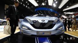 Pengunjung melihat mobil konsep listrik dari BAIC dalam acara Auto China 2018 di Beijing (25/4). Grup BAIC yang merupakan produsen mobil milik negara China akan memproduksi mobil listrik di Afrika Selatan. (AP Photo/Ng Han Guan)