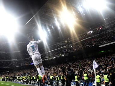 Gaya Cristiano Ronaldo merayakan gol ke gawang Girona FC pada lanjutan La Liga Santander di Santiago Bernabeu stadium, Madrid, (18/3/2018). Madrid menang 6-3. (AFP/Javier Soriano)