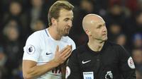 Pemain Tottenham, Harry Kane (kiri) melakukan protes kepada wasit, Anthony Taylor pada lanjutan Premier League di King Power Stadium, Leicester, (28/11/2017).  Leicester City menang 2-1. (AP/Rui Vieira)