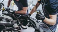 Seiring dengan pemakaian mobil, terjadi penurunan kualitas dan fungsi oli sehingga harus dilakukan penggantian secara berkala.
