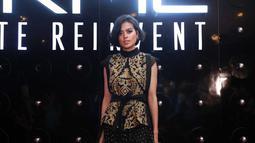 Begitu juga dengan gaya ini. Saat Eva tampil di dalam sebuah acara. Gayanya sangat mirip dengan ibunya yang fashionable, bukan? (Kapanlagi.com/Muhammad Akrom Sukarya)