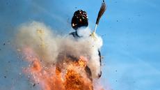 Upacara pembakaran Böögg saat karnaval khas Zurich di Swiss, Senin (24/4). Böögg adalah boneka salju raksasa sebagai simbolisasi musim dingin. (AFP PHOTO / Michael Buholzer)