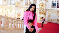Titi Kamal dan buah hati, Juna, saat berkunjung ke Hermitage Museum, Rusia. (dok. Instagram @titi_kamallhttps://www.instagram.com/p/B7OM94eBOSk/Putu Elmira)