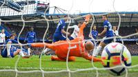 Gawang kiper Chelsea Willy Caballero berhasil dibobol oleh gelandang Tottenham Hotspur Dele Alli saat pertandingan Liga Inggris di Stamford Bridge, London (4/1). Tottenham Hotspur menang 3-1 atas Chelsea. (AFP Photo/Glyn Kirk)