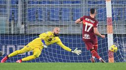 Gelandang Roma Jordan Veretout melakukan penalti ke gawang kiper Torino Vanja Milinkovic-Savic pada pertandingan Liga Serie A Italia di stadion Olimpiade, Jumat (18/12/2020). Tiga gol tuan rumah dibuat Henrikh Mkhitaryan, Jordan Veretout , dan Lorenzo Pellegrini. (AFP Photo/Vincenzo Pinto)