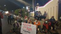 Bau busuk menyengat dari pabrik PT Rayon Utama Makmur (RUM) membuat warga Dusun Ngrapah, Desa Gupit, Kecamatan Nguter, Sukoharjo, mendatangi ke rumah dinas Bupati Sukoharjo. (Solopos/ Bony Eko)