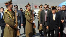 Wakil Presiden Jusuf Kalla didampingi Wakapolri Komjen Syafruddin tiba di Bandara Internasional Hamid Karzal Kabul, Afghanistan, Selasa (27/2). Dari bandara, Kalla dan rombongan langsung menuju Istana Haram Sarai. (Liputan6.com/Pool/Tim Media Wapres)