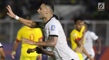 Pemain belakang Madura United FC, Jaimerson Da Silva Xavier merayakan gol yang dicetaknya ke gawang Bhayangkara FC pada lanjutan Shopee Liga 1 Indonesia 2019 di Stadion Madya Gelora Bung Karno, Jakarta, Senin (5/8/2019). Laga kedua tim berakhir imbang 1-1. (Liputan6.com/Helmi Fithriansyah)