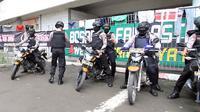 Petugas kepolisian saat menjaga kelancaran Piala Presiden 2018 di Stadion Manahan, Solo. (Bola.com/Ronald Seger Prabowo)