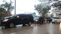 Mobil nomor lima tiba-tiba mengerem yang disusul hantaman empat mobil di belakangnya. (Liputan6.com/Abelda Gunawan)