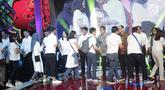Para karyawan bersalaman dengan Board of Directors PT Elang Mahkota Teknologi (Emtek) Group pada halalbihalal di Studio 6 Emtek City, Jakarta, Selasa (25/6/2019). Gelaran diselenggarakan untuk menjalin silaturahmi sekaligus menguatkan hubungan antar-karyawan. (Liputan6.com/Faizal Fanani)
