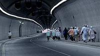Sejumlah jemaah haji berjalan melintasi terowongan dari Mahbaz Jin menuju Masjidil Haram menjelang diberlakukannya penghentian operasional bus reguler jemaah haji di Kota Mekkah, Arab Saudi.(Antara)
