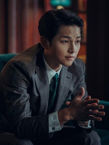 Song Joong Ki dalam Vincenzo. (Netflix)