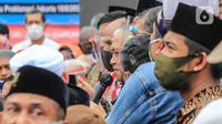 Mantan Ketua Umum PP Muhammadiyah Din Syamsuddin (tengah) saat menjadi deklarator maklumat deklarasi Koalisi Aksi Menyelamatkan Indonesia (KAMI) di Tugu Proklamasi, Jakarta, Selasa (18/8/2020). (Liputan6.com/Faizal Fanani)