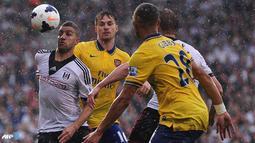 Adel Taarabt berusaha melewati hadangan pemain arsenal pada pertandingan Liga Inggris antara Fulham melawan Arsenal di Stadion Craven Cottage, London Sabtu 24 Agustus 2013. (AFP/Carl Court)