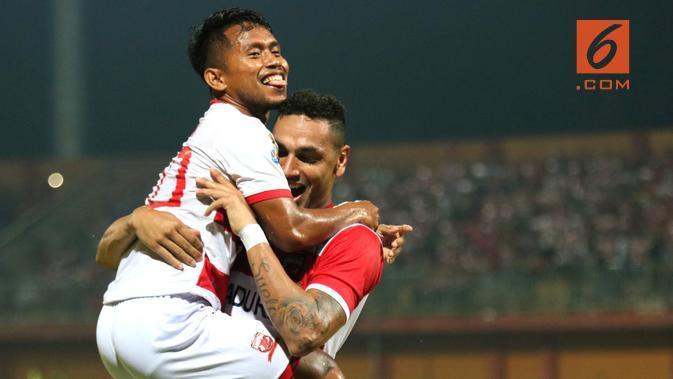 Pemain Madura United, Andik Vermansah mencetak dua gol dalam leg pertama babak 16 besar di Stadion Gelora Ratu Pamelingan, Pamekasan, Minggu malam (17/2/2019). (Bola.com/Aditya Wany)