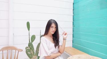 Sejak debutnya di dunia hiburan Tanah Air, perempuan kelahiran Bengkulu ini selalu identik dengan gaya feminin. Ia pun kerap tampil dalam balutan berbagai dress dengan warna yang kalem, salah satunya warna putih. (Liputan6.com/IG/anissaaziza)