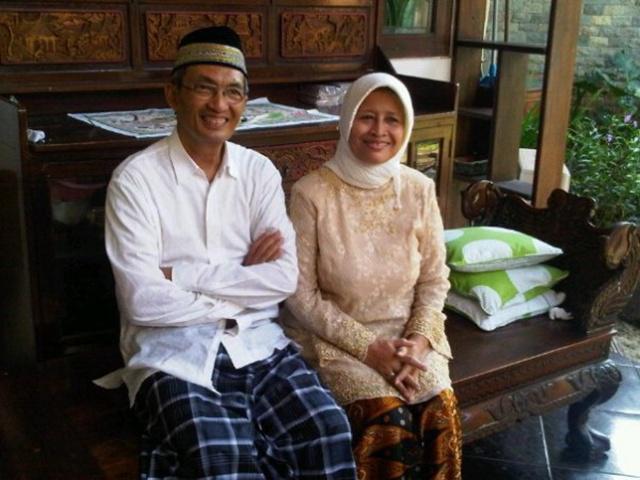 Alhmarhum Pak Houtman Zainal dengan istri | Photo: Copyright indoboom.com