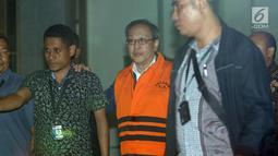 Tersangka dugaan korupsi proyek pengadaan E-KTP, Made Oka Masagung (kedua kiri) mengenakan rompi tahanan usai menjalani pemeriksaan di gedung KPK Jakarta, Rabu (4/4). KPK resmi menahan pengusaha Made Oka Masagung. (Liputan6.com/Helmi Fithriansyah)