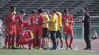Pelatih Myanmar U-22 memberikan instruksi kepada para pemain pada laga pertama piala AFF U-22 yang berlangsung di Stadion Nasional, Phom Penh, Kamboja, (Senin/18/2). Timnas Indonesia bermain imbang 1-1 kontra Myanmar. (Bola.com/Zulfirdaus Harahap)