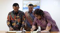 Direktur Gas dan EBT Pertamina Yenni Andayani bersama Dirut PGN Jobi Triananda Hasjim menandatangani kerjasama Pembangunan dan Pengoperasian bersama Pipa Transmisi Gas Duri-Dumai di di Kementerian BUMN, Jakarta, Jumat (9/6). (Liputan6.com/Angga Yuniar)
