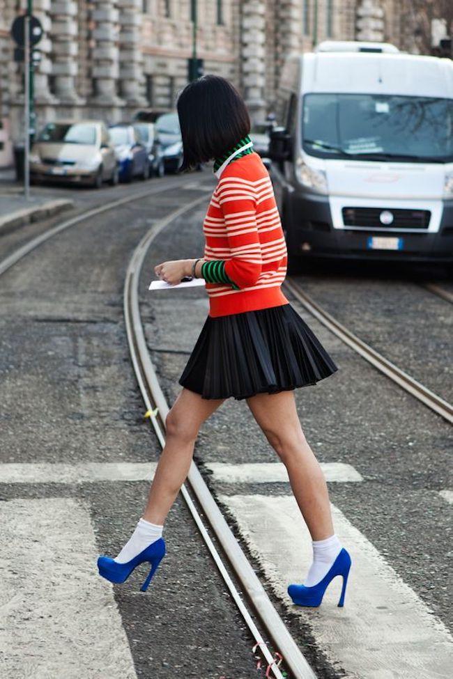 Mix and match kaos kaki dengan heels favoritmu. (sumber foto: The Locals/pinterest)