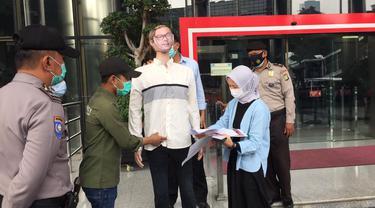 Kesatuan Aksi Mahasiswa Anti Korupsi menggelar aksi di depan Komisi Pemberantasan Korupsi (KPK) meminta usus tuntas kasus bansos Covid-19.
