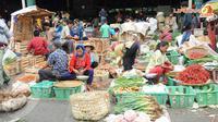Di pasar induk Kramat Jati, jumlah pasokan sayur terutama cabai dan bawang merah tampak menurun (Liputan6.com/Rini Suhartini).