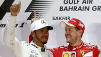 Pebalap Mercedes, Lewis Hamilton, finis kedua di belakang Sebastian Vettel (Ferrari) pada balapan F1 GP Bahrain di Sirkuit Internasional Bahrain, Sakhir, Bahrain, 16 April 2017. (Bola.com/Twitter/BBCSport)