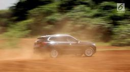 BMW X3 sDrive20i terbaru saat melintasi rintangan medan test drive di Kawasan BSD, Tangerang Selatan, Banten, Rabu (20/3). Seri BMW X3 sDrive20i nyaman untuk berkeluarga serta irit bahan bakar. (merdeka.com/Dwi Narwoko)