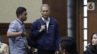 Terdakwa dugaan suap proyek pengadaan di lingkungan PT Krakatau Steel, Wisnu Kuncoro (tengah) usai sidang pembacaan tuntutan di Pengadilan Tipikor, Jakarta, Rabu (16/10/2019). Wisnu Kuncoro dituntut 2 tahun penjara denda Rp 100 juta subsider 3 bulan kurungan. (Liputan6.com/Helmi Fithriansyah)