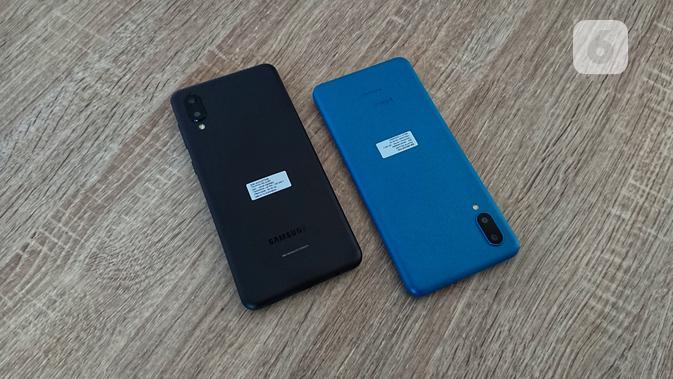 Terdapat dua lensa kamera di bodi belakang smartphone Samsung Galaxy A02 dan M02. Liputan6.com/Mochamad Wahyu Hidayat