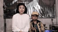 Penyanyi Cilik Dimas Krisena dan sang ibunda. (Ist)