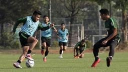 Pemain Timnas Indonesia U-22, Asnawi Mangkualam, mengontrol bola saat internal game di Lapangan C, Senayan, Jakarta, Selasa (19/11). Timnas U-22 terus matangkan skema permainan lewat internal game. (Bola.com/Yoppy Renato)