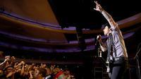Para penonton menikmati konser Grup band punk-rock legendaris asal Amerika Serikat, Green Day di Hollywood Palladium, AS (17/10). Green Day mengalahkan Norah Jones dan OneRepublic pada tangga Billboard. (AFP Photo/Kevin Winter)