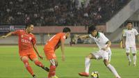 Timnas Indonesia U-19 kalah telak dari Persis Solo pada laga uji coba kontra Persis Solo di Stadion Manahan, Senin (28/5/2018). (Bola.com/Ronald Seger Prabowo)