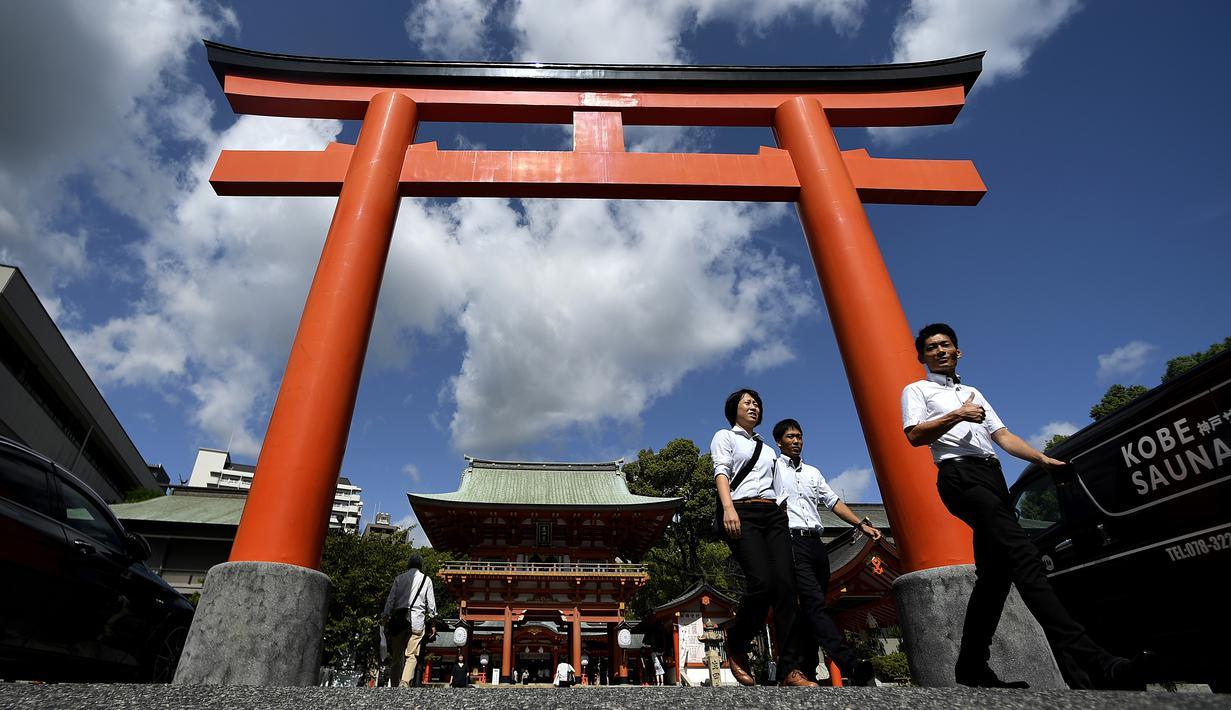 Pemandangan torii (gerbang masuk) ke Kuil Ikuta terlihat di pusat Kobe (5/10/2019). Kuil, dengan sejarah lebih dari 1.800 tahun ini dikatakan sebagai salah satu kuil tertua di Jepang. (AFP Photo/Monteforte)