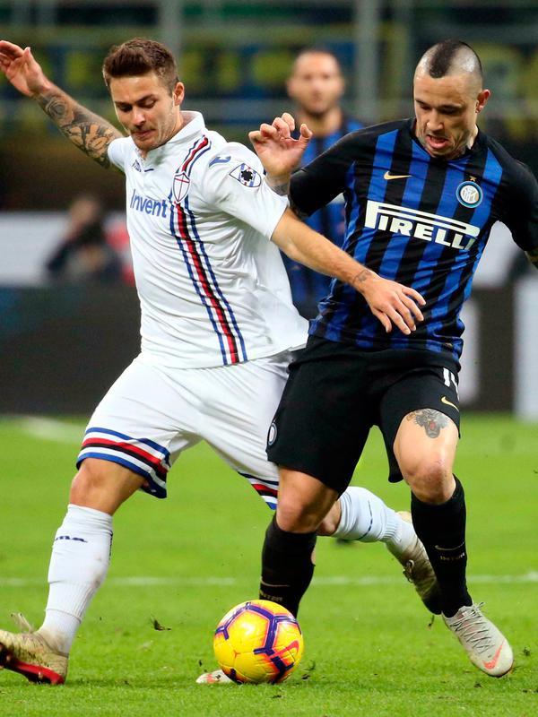 Gelandang Inter Milan Radja Nainggolan (kanan) berebut bola dengan pemain Sampdoria Karol Linetty saat bertanding pada Serie A di Stadion San Siro, Milan, Minggu (17/2). Inter Milan menang 2-1. (Matteo Bazzi/ANSA via AP)