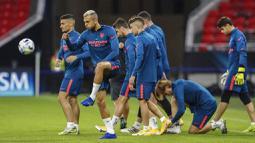 Para pemain Sevilla melakukan latihan jelang laga Piala Super Eropa di Puskas Arena, Hungaria, Kamis (24/9/2020). Sevilla akan berhadapan dengan Bayern Munchen. (Bernadett Szabo/Pool via AP)