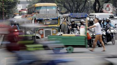 Sebuah mobil Jeepney terjebak di antara kemacetan yang terjadi di Manila, Filipina, Jumat (22/11/2019). Jeepney merupakan transportasi umum paling populer dan sudah menjadi ikon di Filipina. (Bola.com/M Iqbal Ichsan)