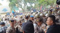 Mahasiswa Palembang bentrok dengan aparat kepolisian saat menggelar demo di depan gedung DPRD Sumsel (Liputan6.com / Nefri Inge)