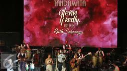 Suasana pada Konser Tanda Mata Glenn Fredly Untuk Ruth Sahanaya di Jakarta, Jumat (30/9). Konser tersebut turut menampilkan sejumlah musisi lintas generasi seperti Yura, Yovie Widianto dan Bob Tutupoly. (Liputan6.com/Herman Zakharia)