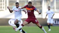 Striker AS Roma, Edin Dzeko berduel dengan pemain Sevilla pada laga di ajang Liga Europa. (Friedemann Vogel / POOL / AFP)