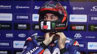 Pebalap Movistar Yamaha, Maverick Vinales bersiap mengikuti sesi kualifikasi MotoGP Qatar di Sirkuit Losail, Doha, Sabtu (17/3/2018). (afp/karim Jaafar)