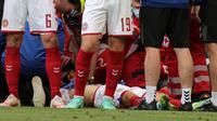 Pemain Timnas Denmark, Christian Eriksen kolaps saat pertandingan Euro 2020 melawan Finlandia. (Friedemann Vogel / POOL / AFP)