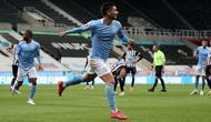 Winger Manchester City, Ferran Torres, berhasil menorehkan hattrick saat timnya meraih kemenangan 4-3 atas Newcastle United pada laga pekan ke-36 Premier League di St James' Park, Sabtu (15/5/2021) dini hari WIB. (SCOTT HEPPELL/POOL/AFP)