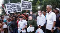 Gubernur Jawa Tengah Ganjar Pranowo ikut bagikan takjil bersama pasangan capres 'Jokowi-Amin' dan 'Prabowo-Sandi' di Plaza Manahan Solo.(Liputan6.com/Fajar Abrori)