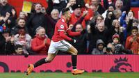 Penggawa Manchester United (MU) Alexis Sanchez merayakan gol ke gawang Swansea City pada lanjutan Liga Inggris di Old Trafford, Sabtu (31/3/2018). (Anthony Devlin/PA via AP)